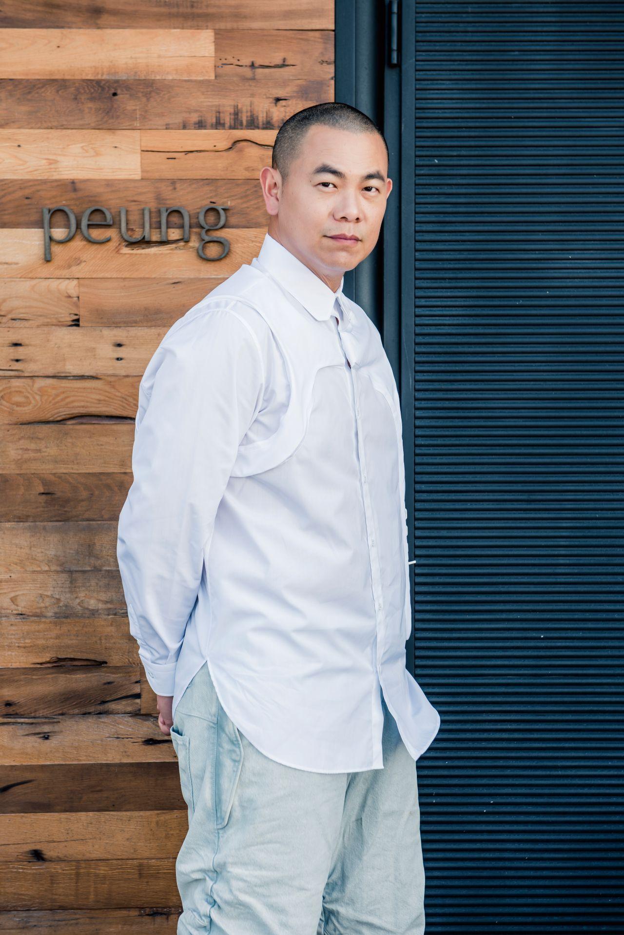立體中層衣DNA白色襯衫 by 路易威登