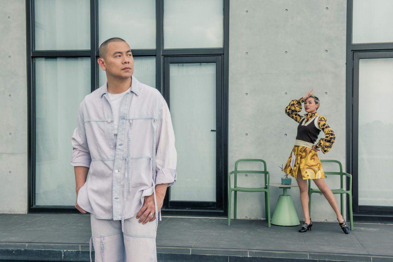 (左)可拆式口袋漂染牛仔襯衫、可拆式口袋漂染牛仔長褲 by 路易威登 (右)復古印花襯衫、雙色針織背心、飾口袋復古印花短裙、SWIFT 便鞋 by 路易威登