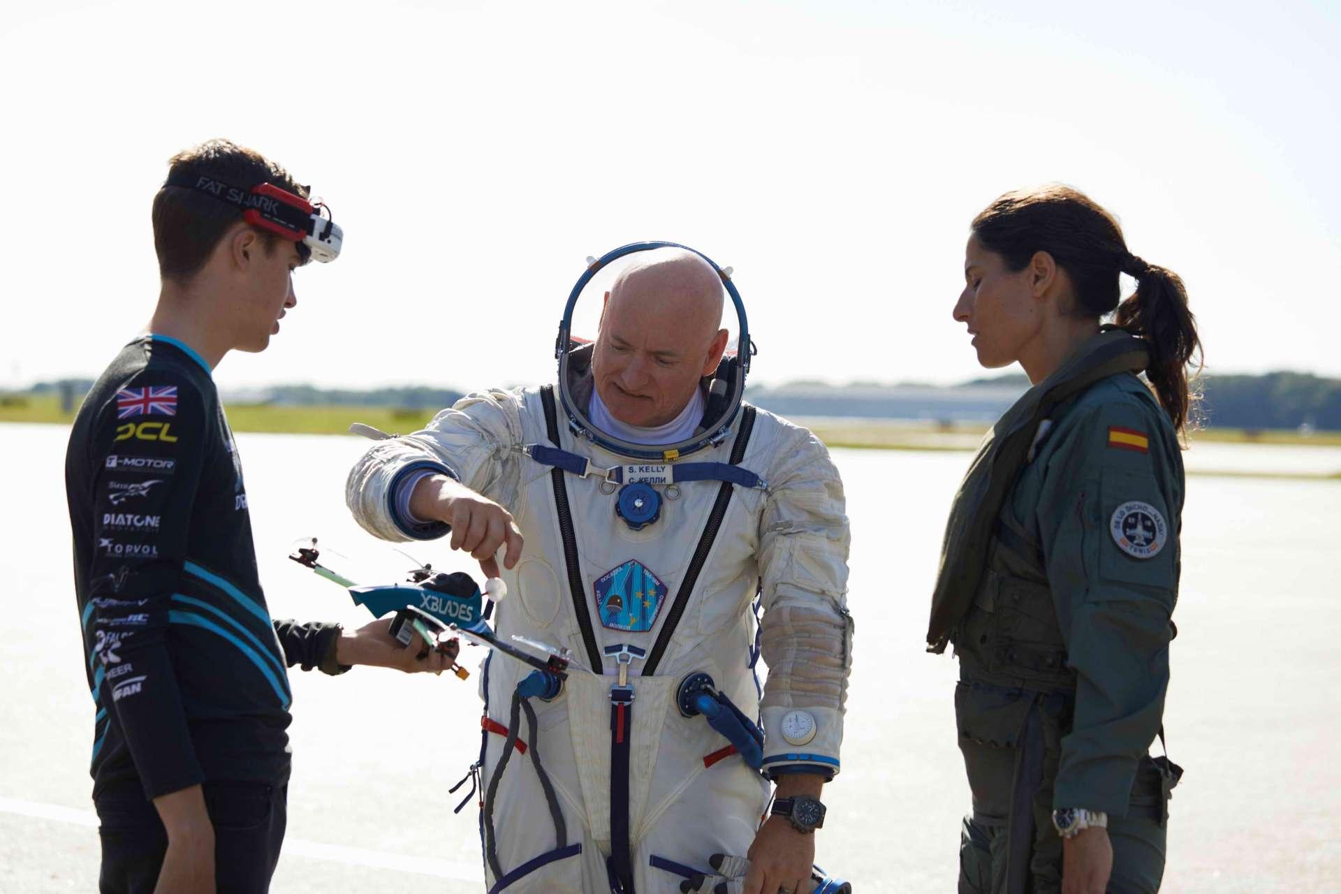 百年靈航空先鋒行動隊三位成員,左起依序為Luke Bannister、Scott Kelly與Rocío González Torres。