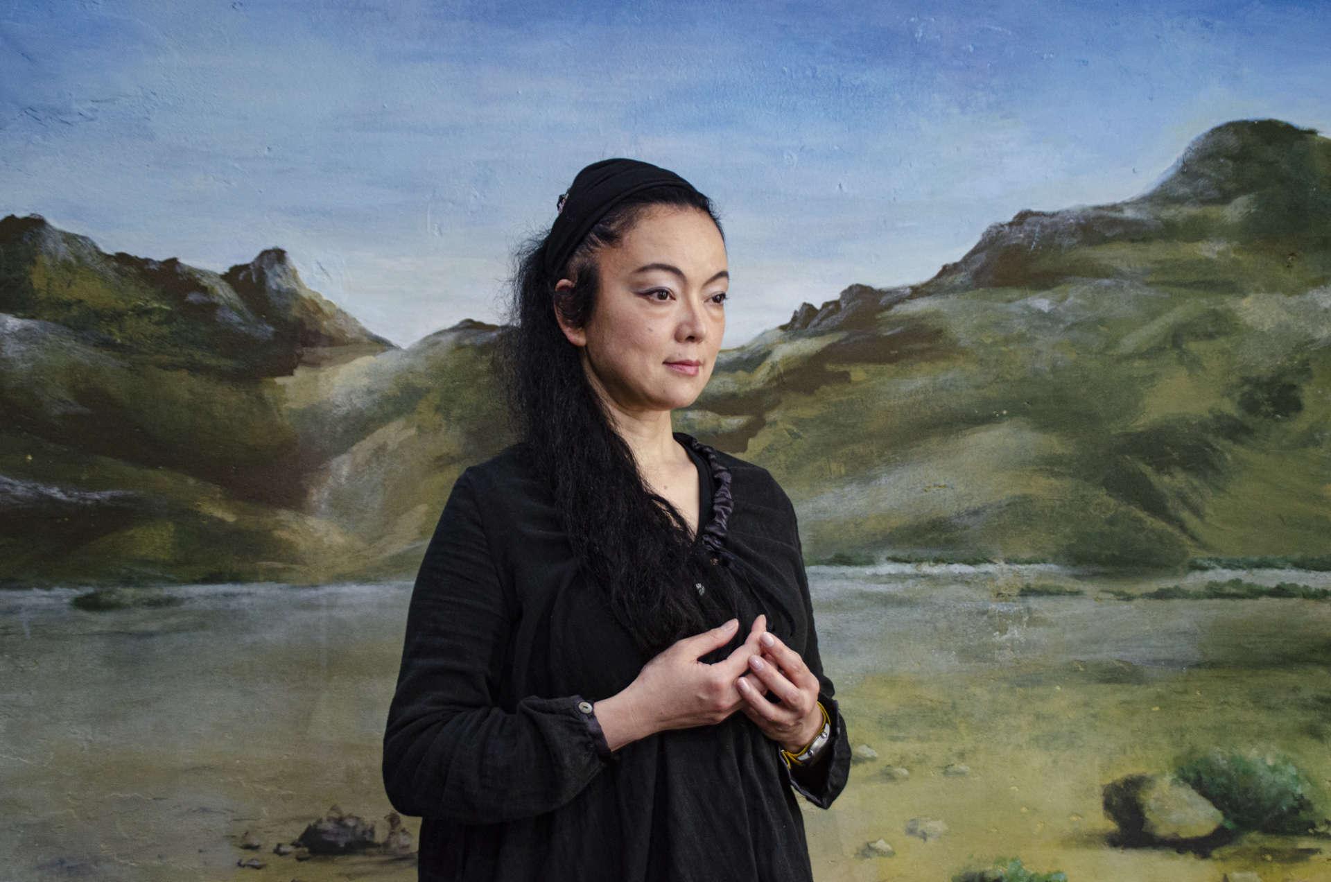日本藝術家栁美和 (Miwa Yanagi) 攝於她的書房,後方為她2004年創作《寓言》