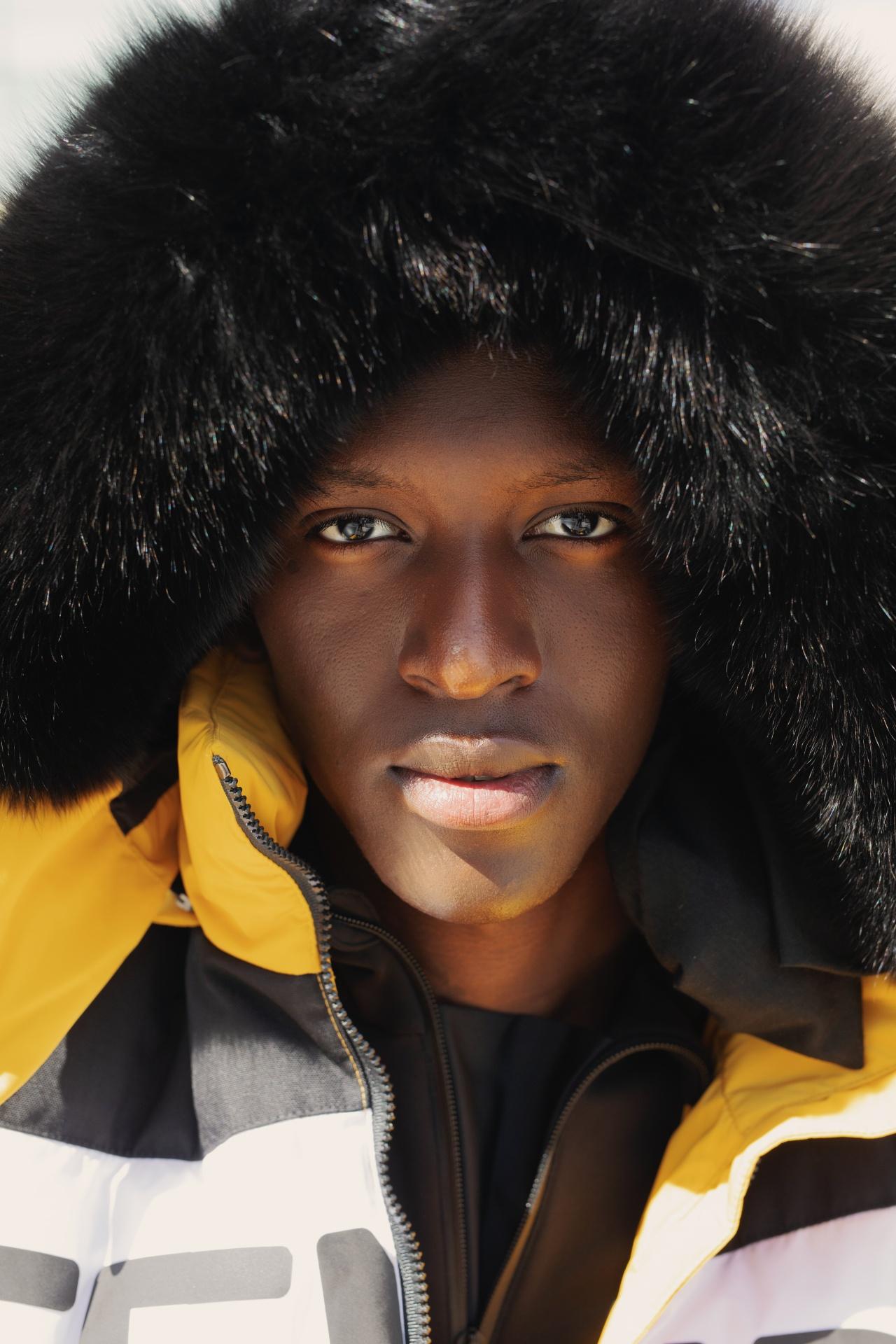 白雪中的亮眼服飾|準備好從 FENDI 的雪坡上滑下吧